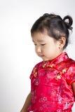 Gullig flicka som bär den röda kinesiska dräkten royaltyfria bilder