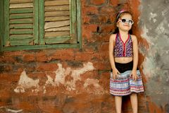 Gullig flicka som bär en klänning och le arkivbilder
