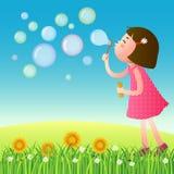 Gullig flicka som blåser bubblor på gräsmattan vektor illustrationer