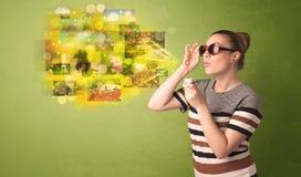 Gullig flicka som blåser färgglat glödande begrepp för minnesbild Royaltyfri Foto