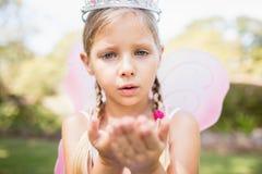Gullig flicka som blåser kyssar Royaltyfri Fotografi