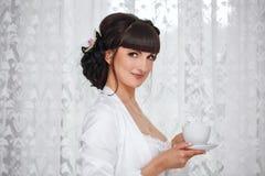 Gullig flicka som dricker kaffe Royaltyfria Bilder