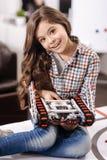 Gullig flicka som föreställer den digitala leksaken på robottekniklaboratoriumet Fotografering för Bildbyråer