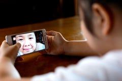 Gullig flicka som gör en rolig selfie Royaltyfri Bild