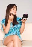 gullig flicka som gör upp Fotografering för Bildbyråer