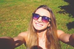 Gullig flicka som har gyckel på en tropisk semester arkivbild