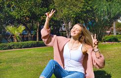 Gullig flicka som har gyckel på en tropisk semester fotografering för bildbyråer