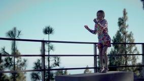 Gullig flicka som har roligt och dansar det fria unga vuxen människa arkivfilmer