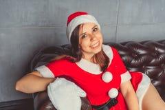 Gullig flicka som kläs som Santa Claus Lyckligt nytt år och glad jul! arkivbilder