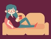 Gullig flicka som kopplar av på hennes soffa Arkivbilder