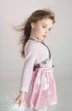 Gullig flicka som poserar i modestil i studion, lek i modell Arkivbild