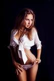 Gullig flicka som ser bort i studio Royaltyfri Foto