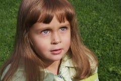 gullig flicka som ser upp Arkivbilder