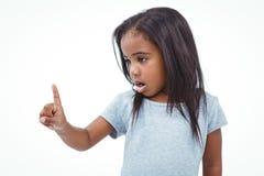 Gullig flicka som skakar fingret som säger inte arkivfoto
