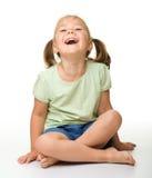 gullig flicka som skrattar little stående arkivbild