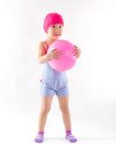 Gullig flicka som spelar bollen Royaltyfri Fotografi