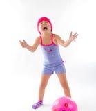 Gullig flicka som spelar bollen Fotografering för Bildbyråer