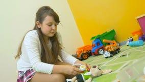 Gullig flicka som spelar doktorn med kanin på golvet stock video