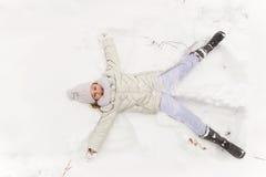 Gullig flicka som spelar i en vinterskog arkivbilder