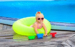 Gullig flicka som spelar i simbassäng på stranden Royaltyfri Foto