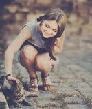Gullig flicka som spelar med katten Royaltyfria Bilder