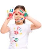 Gullig flicka som spelar med målarfärger Royaltyfria Foton