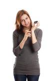 Gullig flicka som sprutar doft på din handled Arkivbild