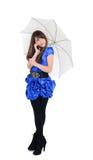 Gullig flicka som talar vid mobiltelefonen under det soliga paraplyet Royaltyfri Bild