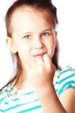 Gullig flicka som visar en näve Arkivfoton