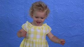 Gullig flicka som visar olika riktiga sinnesrörelser till kameran Posera för barn stock video