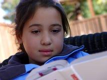 gullig flickaavläsning royaltyfri bild