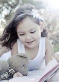 gullig flickaavläsning för bok Royaltyfri Fotografi