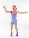 Gullig flickabanhoppning med glädje royaltyfria bilder
