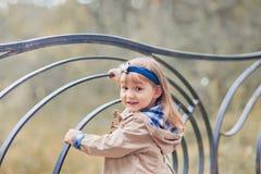 Gullig flickahöststående Royaltyfria Foton