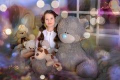 Gullig flickakram Big Bear på säng royaltyfria bilder