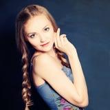 Gullig flickamodemodell med flätade trådar arkivfoton