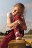 gullig flickaportret för bänk arkivbild