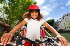 Gullig flickaridningcykel längs flodinvallningen Fotografering för Bildbyråer