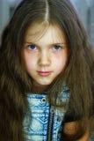 gullig flickastående Arkivfoto