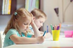 Gullig flickateckning på skolan arkivfoto