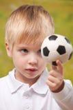 gullig fotbollholding för pojke utomhus royaltyfri foto