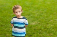 gullig framsida för pojke hans little förvånad look Royaltyfria Bilder