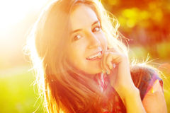 Gullig gladlynt flicka i solskenet arkivbilder
