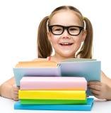 Gullig gladlynt liten flickaavläsningsbok royaltyfri foto