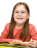 Gullig gladlynt liten flickaavläsningsbok arkivbilder