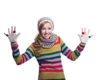 Gullig gladlynt tonårs- flicka som bär den färgrika randiga tröjan, halsduken, handskar och hatten som isoleras på vit bakgrund M Royaltyfria Foton