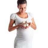 Gullig gravid flicka i den vita klänningen i prickar Royaltyfri Bild
