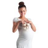 Gullig gravid flicka i den vita klänningen i prickar Fotografering för Bildbyråer