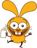 Gullig gul kanin som firar med öl Fotografering för Bildbyråer