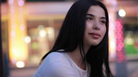 Gullig härlig kvinnastående på nattstaden stock video